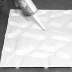 También aplicar el adhesivo a todos los espacios planos de la parte posterior del panel.